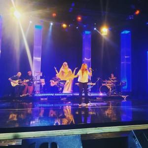 Cantora Kennia durante o Show Destaques Troféu Louvemos o Senhor 2018